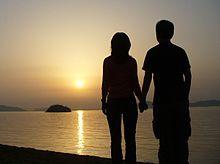 Couple qui se tient par la main